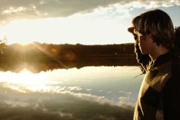 Junger Mann beim Sonnenuntergang