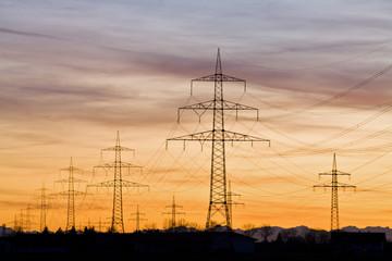 Deutschland, Bayern, Strommasten bei Sonnenuntergang