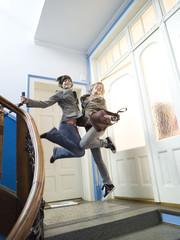Zwei Mädchen springen auf Treppe