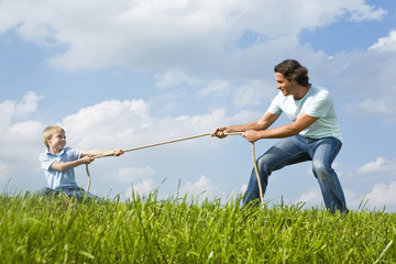 Vater und Sohn beim Seilziehen