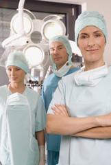 Weiblicher Chirurg, Chirurgen und OP-Schwester im OP-Saal