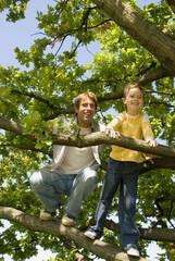 Vater und Sohn am Baum,