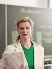 Frau stehen Tafel halten Buch, Portrait