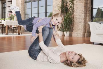 Deutschland, Mutter spielen mit Tochter