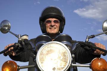Mann auf Motorrad, lächeln, Porträt