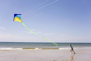 Deutschland, Ostsee, Junge Drachen steigen am Strand
