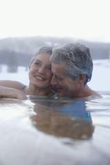 Älteres Ehepaar Entspannung im Whirlpool im Freien
