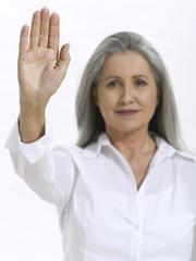 Frau, Seniorin, die Handfläche hände hoch