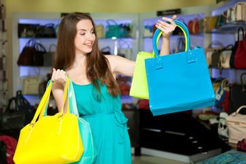 Девушка с сумками в магазине. Шоппинг