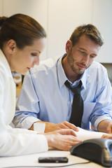 Geschäftsleute im Büro, Blick auf Dokumente