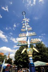 Deutschland, Bayern, München, Maibaum auf dem Viktualienmarkt