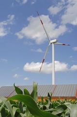 Deutschland, Baden-Württemberg, Merklingen, Sonnenkollektoren und Windkraftanlage auf dem Dach