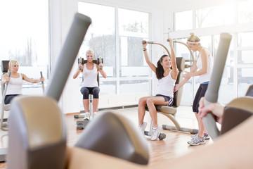 Deutschland, Trainerin bei den Frauen im Fitnessstudio