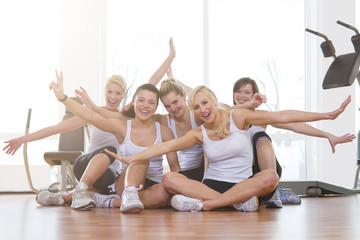 Deutschland, Frauen im Fitness-Studio, lächelnd