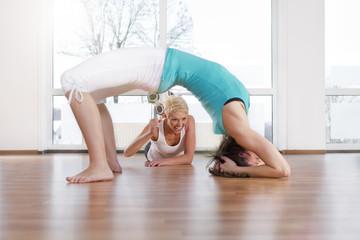 Deutschland, Trainer und Frau, trainieren im Fitness-Studio, lächelnd