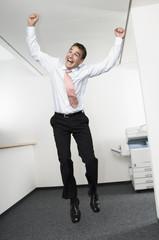 Geschäftsmann Springen in der Luft im Amt, Jubel