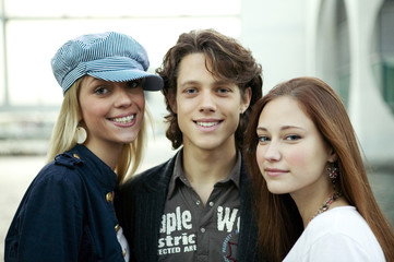 Junger Mann mit zwei jungen Frauen