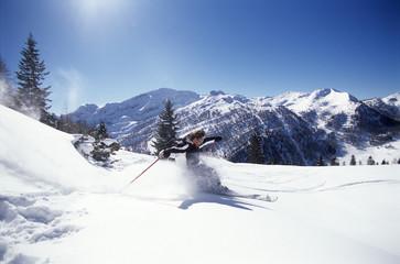 Mann, Skifahren in den Alpen, Seitenansicht
