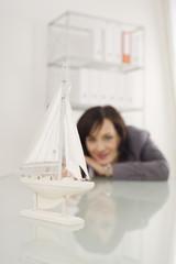Geschäftsfrau mit einem Modellschiff