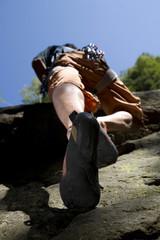 Junger Mann in Kletterwand