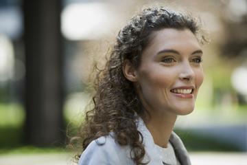 Deutschland, Portrait einer Geschäftsfrau, lächelnd