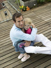 Vater umarmt Tochter