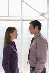 Geschäftsfrau und Geschäftsmann face-to-face