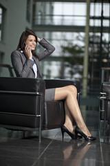 Deutschland, Bayern, Geschäftsfrau am Telefon, lächelnd