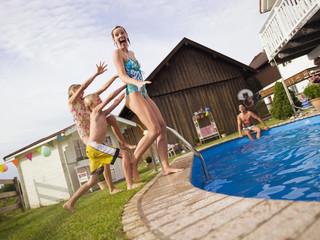 Deutschland, Bayern, Familie am Pool