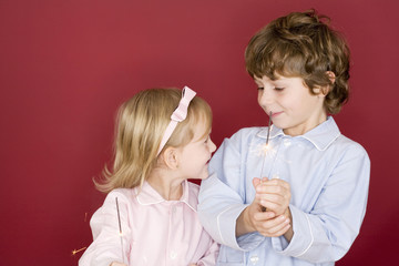 Jungen und Mädchen mit Wunderkerzen