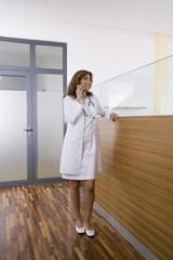 Ärztin mit Mobiltelefon