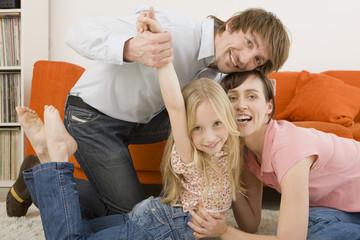 Familie spielt im Wohnzimmer