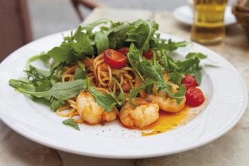 Spaghetti mit Scampi Rucola und Tomaten auf Teller