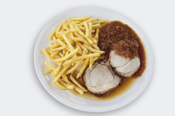 Gebratenes Schweinefleisch mit Pommes frites und Zwiebelsauce auf weißem Hintergrund