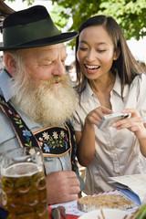 Deutschland, Bayern, Oberbayern, Bayerischer Mann und asiatische Frau im Biergarten, close-up