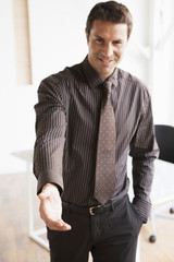 Geschäftsmann hält Hand entgegen, bereit zum Händeschütteln