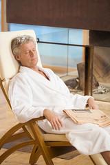 Mann im Bademantel, die Augen geschlossen, Schlafen, Porträt