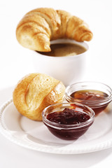 Frühstück mit Croissants und Marmelade