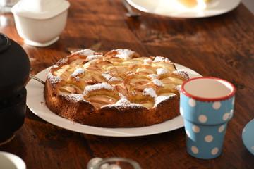 Apfelkuchen auf dem Kaffeetisch