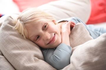 Kleines Mädchen entspannt auf dem Sofa