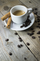 Espresso con bastoncini di cannella e chicchi di caffè