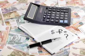 Деньги, блокнот, калькулятор и ручка