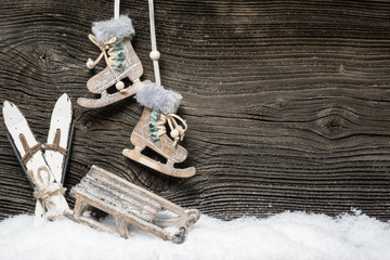 Alte Wintersportgeräte an Holzwand