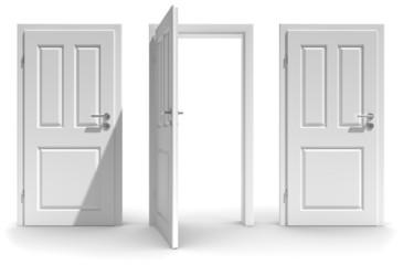 geöffnete Türe weisser Hintergrund
