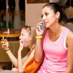 Девушки с мобильным телефоном