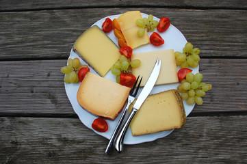 Käseplatte mit Trauben und Tomaten