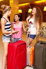 Компания молодежи с багажем