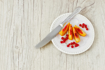 peach slices and red currants