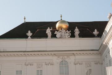 Goldene Weltkugel am Dach des Hofburgs