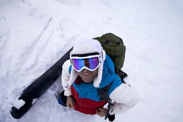 Snowboarder mit Snowboard von oben